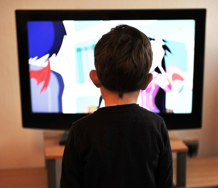 テレビをみる子ども